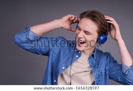 Ritratto gioioso uomo 20s indossare cuffie Foto d'archivio © deandrobot