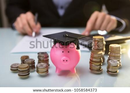 spaarvarken · zwarte · afstuderen · hoed · geïsoleerd · witte - stockfoto © andreypopov