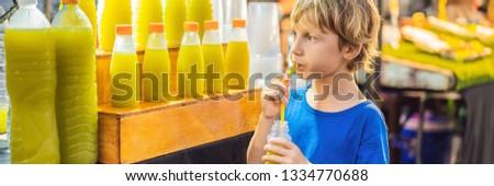 мальчика питьевой сахарного тростника сока азиатских рынке Сток-фото © galitskaya