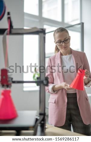 Zarif genç tasarımcı basılı kırmızı nesne Stok fotoğraf © pressmaster