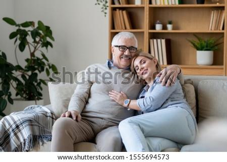 Derűs középkorú nő görbület idős apa váll Stock fotó © pressmaster
