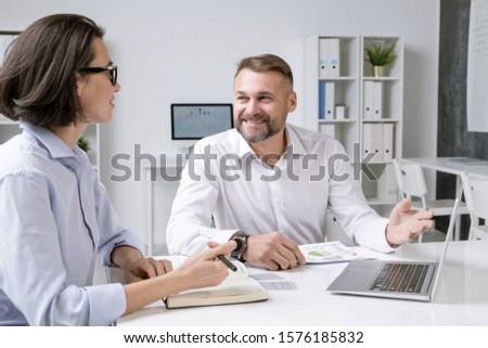 счастливым мужчины брокер указывая ноутбука отображения Сток-фото © pressmaster