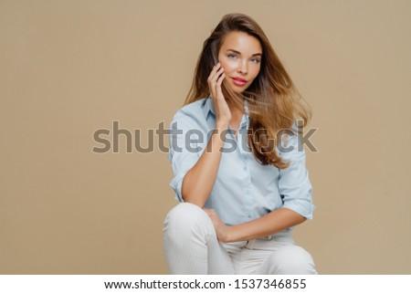 Mooie vrouwelijke stoel stijlvol shirt Stockfoto © vkstudio