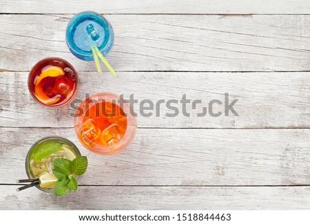 Niebieski koktajl okulary słomy pomarańczowy plasterka słodkie Zdjęcia stock © DenisMArt