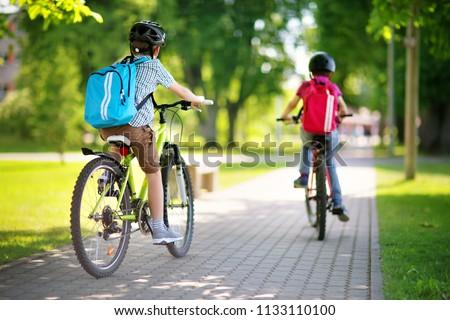 Aktív iskolás gyerek fiú lovaglás bicikli hátizsák Stock fotó © galitskaya