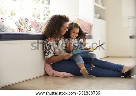 felice · donne · lettura · libro · divano · soggiorno - foto d'archivio © hasloo
