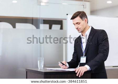 沈痛 ハンサム スピーカー 携帯電話 立って 会議 ストックフォト © deandrobot