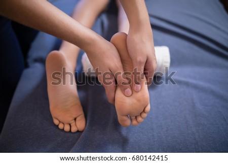 Magasról fotózva kilátás fiú ágy láb masszázs Stock fotó © wavebreak_media