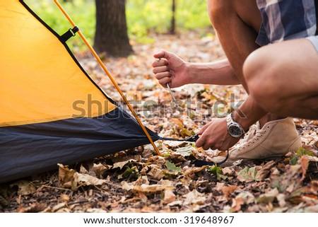 Felfelé sátor fiatal boldog barátok kempingezés Stock fotó © MilanMarkovic78