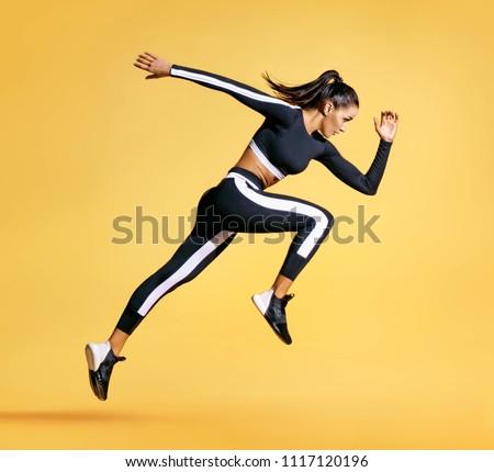 Vista lateral motivado deportes mujer ejercicio barra con pesas Foto stock © deandrobot
