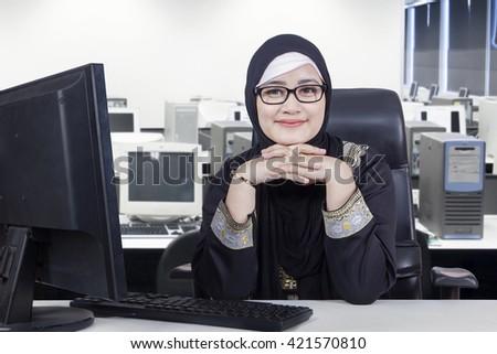 Fotoğraf mutlu Arapça kadın Stok fotoğraf © deandrobot