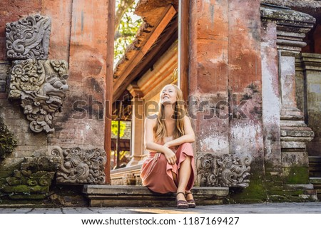 Młoda kobieta podróżnik pałac bali wewnątrz Indonezja Zdjęcia stock © galitskaya