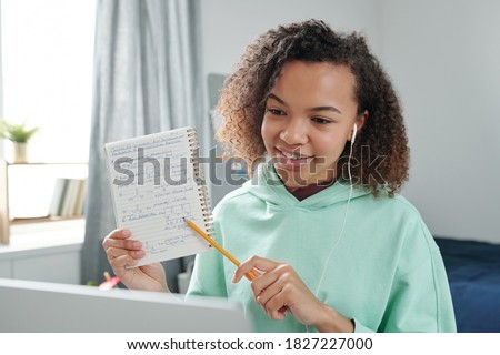 Tienermeisje naar laptop display seminar college Stockfoto © pressmaster