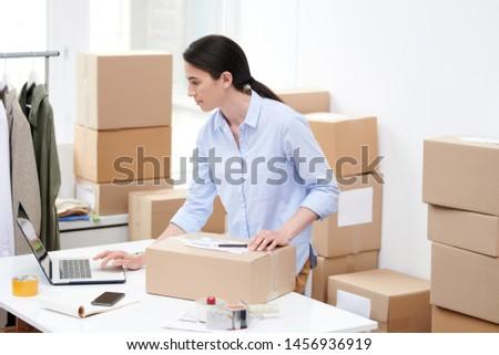 Ocupado gerente tienda cuadro mirando para Foto stock © pressmaster