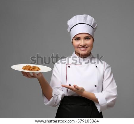 Női szakács tart tányér előkészített tészta Stock fotó © wavebreak_media