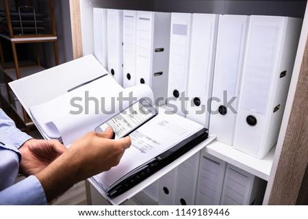üzletember elvesz fotó számla okostelefon oldalnézet Stock fotó © AndreyPopov