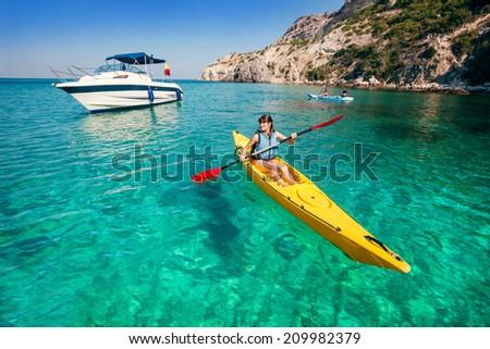 Man vrouw kajak zee eiland kajakken Stockfoto © galitskaya