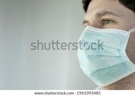 Jovem médico do sexo masculino sanitário proteção doença isolado Foto stock © Imaagio