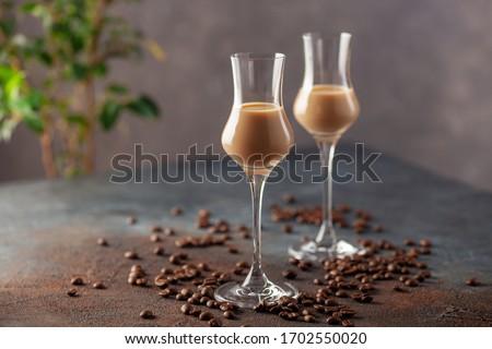 Vidro irlandês creme licor grãos de café pó Foto stock © DenisMArt