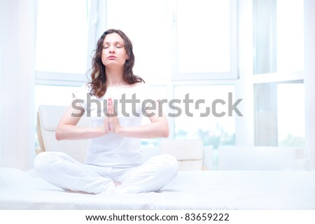 jonge · vrouw · mediteren · heldere · slaapkamer · vergadering - stockfoto © HASLOO