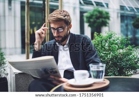харизматический бизнесмен питьевой кофе чтение газета Сток-фото © wavebreak_media