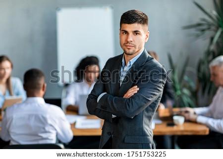 Ernstig zakenman naar camera groep vrouw Stockfoto © wavebreak_media