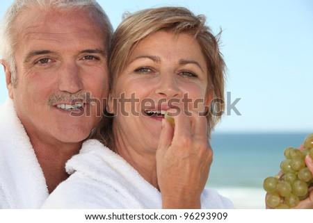 Rijpe vrouw badjas spa resort eten druiven Stockfoto © photography33