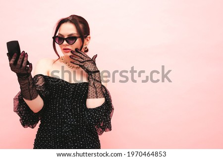 gyönyörű · szexi · fiatal · nő · pózol · tükör · nő - stock fotó © lunamarina