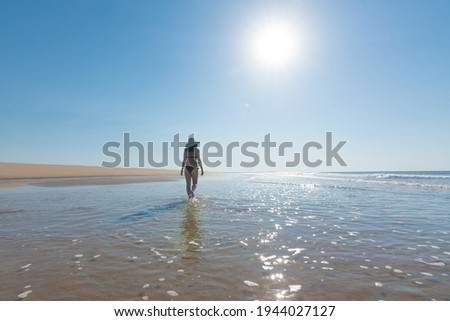 Jeune femme marche plage de sable vacances bikini Photo stock © monkey_business