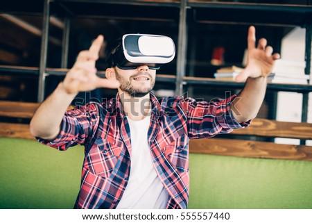 juguetón · barbado · hombre · virtual · realidad - foto stock © deandrobot