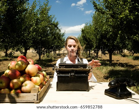 Femme tapant bureau verger alimentaire pomme Photo stock © IS2
