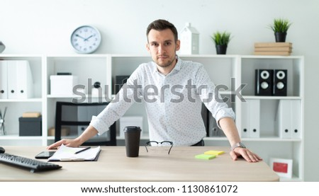 Fiatalember iroda asztal fektet kezek kék Stock fotó © Traimak