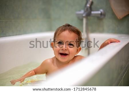 Imádnivaló kaukázusi lány elvesz fürdőkád zöld Stock fotó © Traimak