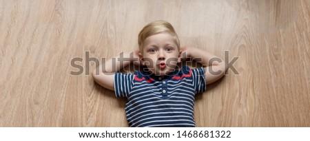 bonitinho · pequeno · menino · desenho · quadro-negro · lousa - foto stock © galitskaya