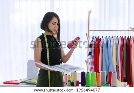 Kleermaker klant naar patroon boek kiezen Stockfoto © Kzenon
