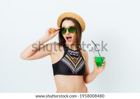 удивленный счастливым брюнетка женщину соломенной шляпе Солнцезащитные очки Сток-фото © deandrobot