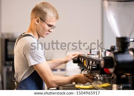Jonge eigenaar klein gezellig cafe koffie Stockfoto © pressmaster