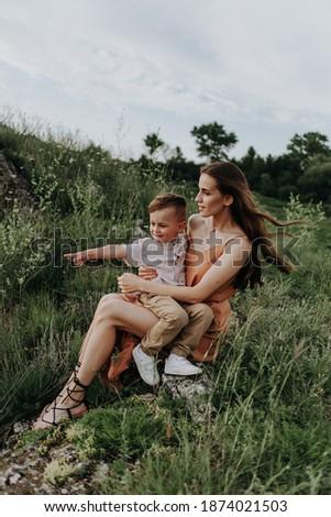 Mamá jóvenes hijo piedras río Foto stock © galitskaya