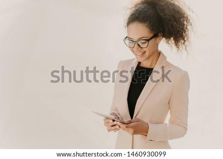 Szczęśliwy działalności pani touchpad wiadomości online Zdjęcia stock © vkstudio