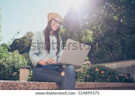 студент · девушки · используя · ноутбук · компьютер · счастливым · сидят - Сток-фото © deandrobot