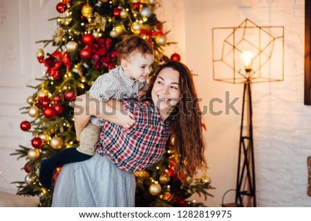 Güzel anne oğul kanepe noel ağaç Stok fotoğraf © ruslanshramko