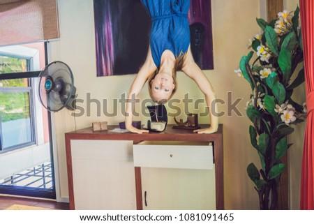 Mulher em pé mãos de cabeça para baixo sala de estar música Foto stock © galitskaya