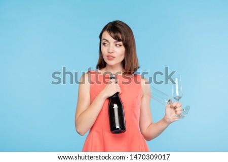 Genç çekici sinsi kadın iki şişe Stok fotoğraf © pressmaster