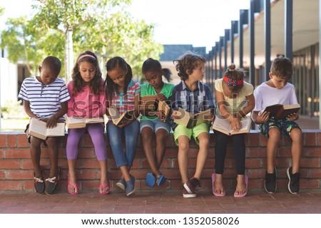 Vue écolier lecture livre Photo stock © wavebreak_media