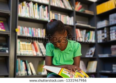 cute · gericht · schoolmeisje · lezing - stockfoto © wavebreak_media