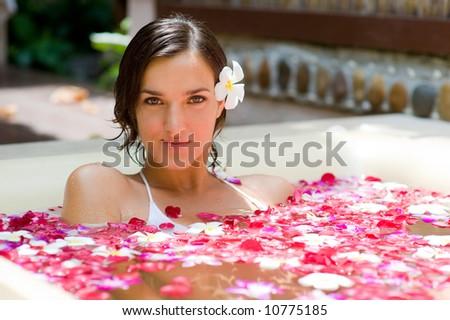 çekici genç kadın banyo yaprakları tropikal çiçekler Stok fotoğraf © galitskaya