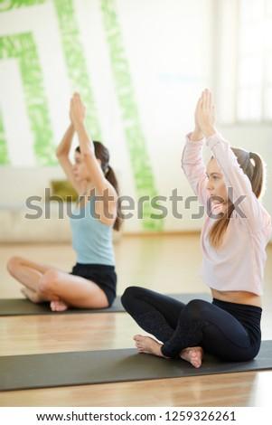 Serena ragazza gambe yoga piano Foto d'archivio © pressmaster