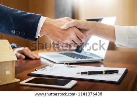 Casa desarrolladores agente asesor financiero clientes apretón de manos Foto stock © snowing