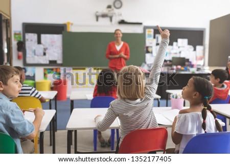 Achteraanzicht kaukasisch schoolmeisje hand klasgenoten naar Stockfoto © wavebreak_media