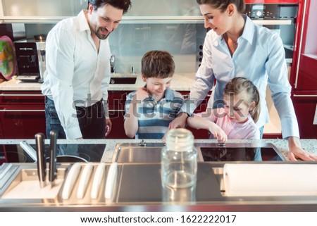 家族 テスト 新しい キッチン 買い ショールーム ストックフォト © Kzenon